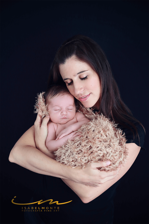Sessão fotográfica de bebé recém-nascido com a mãe. © 2009-2020 Isabel Monte Fotografia