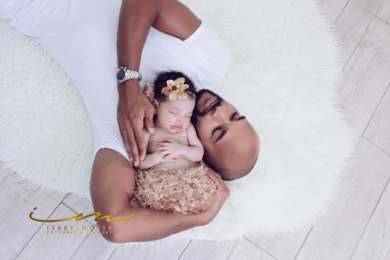 Sessão fotográfica de bebé recém-nascido com o pai. © 2009-2020 Isabel Monte Fotografia