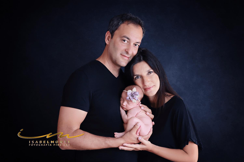 Sessão fotográfica de bebé recém-nascido com os pais. © 2009-2020 Isabel Monte Fotografia