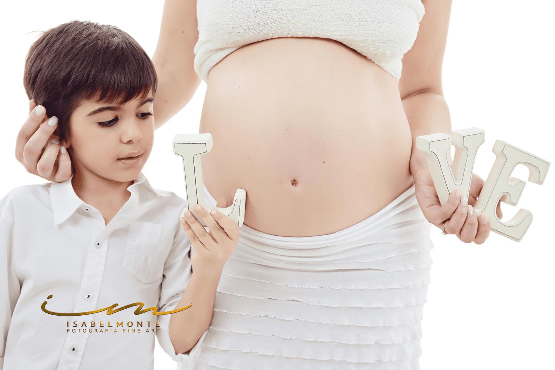 Sessão fotográfica de grávida / maternidade / pré-mamã / com filhos e família em estúdio. © 2009-2020 Isabel Monte Fotografia