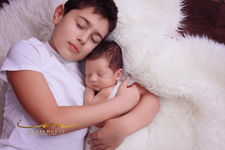 Sessão fotográfica de bebé recém-nascido com Irmãos em estúdio. © 2009-2020 Isabel Monte Fotografia
